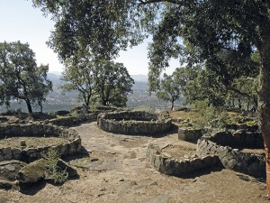 Stufen der Erinnerung: Erlebnis. Citânia de Briteiros, bei Braga/Portugal, um 800 v. Chr. Blick über die Ausgrabung ins Tal; Foto: TarichaRivularis