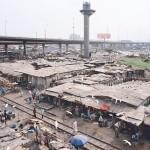 Stillgelegte Schienenbahn unterhalb der Eko-Brücke in der Gegend Costain, Lagos, Nigeria, Foto: Julian Röder, in: Julian Röder: Lagos Transformation, 2009