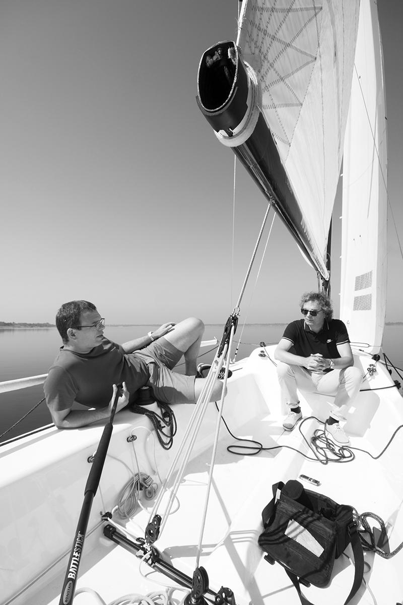 Benedikt und Ansgar Schulz im Gespräch auf dem Zwenkauer See, Foto: David Kasparek