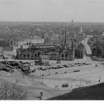 Blick vom Neuen Rathaus auf den Wilhelm-Leuschner-Platz, um 1950, Quelle: Deutsche Fotothek Dresden via Wikimedia Commons