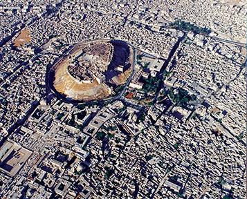 Luftbildaufnahme von Aleppo 1995; im Zentrum die Zitadelle und die Umayyaden- Moschee, aus: Mamoun Fansa (Hrsg.): Aleppo, Mainz 2013, S. 35