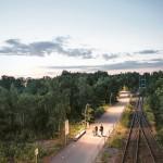 Gleisdreieck Park Berlin, beleuchtete Wege bei Nacht entlang der Bahnstrecke
