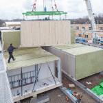 Gerstberger Architekten GmbH, München / LiWood, Flüchtlingsunterkunft, Montage der Module / Foto: Michael Heinrich