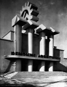 """Benno von Arent mit Rudolf Wolters: Pavillon """"Haus der Deutschen Arbeitsfront"""" Eingangsbereich.  Ausstellung """"Deutsches Volk – Deutsche Arbeit"""" vom 17.März bis zum 1.Mai 1934 in den Ausstellungshallen am Kaiserdamm in Berlin"""
