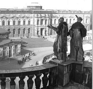 ADN-ZB-Häßler-17.8.82-pe-Dresden: Weltberühmte Kunstschätze beherbergt die Dresdner Gemäldegalerie am Zwinger. Das Bauwerk entstand 1847-55 nach Entwürfen von Gottfried Semper. Die zweigeschossige Fassadengliederung verwendet Formen der italienischen Hochrenaissonce. Nach den Zerstörungen im zweiten Weltkrieg wurde die Gemäldegalerie von 1955-59 wieder aufgebaut.