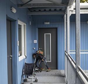 Kind kommt von der Schule nach Hause. Gemeinschaftsunterkunft_Bremen-Grohn, 2016, Foto: Anja Weber