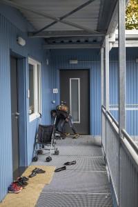 Kind kommt von der Schule nach Hause. Gemeinschaftsunterkunft Bremen-Grohn, 2016, Foto: Anja Weber