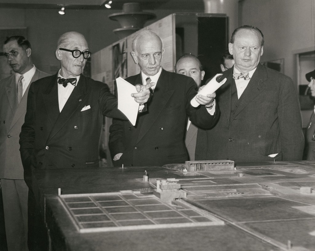 """Le Corbusier, Otto Bartning und Hans Scharoun (v.l.n.r.) während der Eröffnung der Ausstellung """"Le Corbusier - Architektur, Malerei, Plastik, Wandteppiche"""" am 7.9.1957 in Berlin© Marie-Agnes Gräfin zu Dohna"""