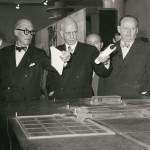 """Le Corbusier, Otto Bartning und Hans Scharoun (v.l.n.r.) während der Eröffnung der Ausstellung """"Le Corbusier - Architektur, Malerei, Plastik, Wandteppiche"""" am 7.9.1957 in Berlin, Foto: Marie-Agnes Gräfin zu Dohna"""