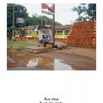 Paraguay Bushaltestelle  Eine kuriose Bushaltestelle auf dem Lande, womöglich entstanden aus einem Nationalen Bauprogramm für Betonfertigteile? Das weit auskragende Dach schützt vor der sengenden Sonne ebenso wie vor sintflutartigen Niederschlägen. Solche modernistischen, etwas unbeholfen zusammengefügten Formen kennt man aus Kuba. Charme gewinnen sie durch die Parolen, die an die Innenseiten gepinselt sind