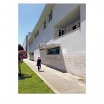 Porto Álvaro Siza  Exkursion zur Architekturfakultät, gebaut von Álvaro Siza. Unser damaliger Assistent Tim Bauerfeind inspiziert den feststehenden Sonnenschutz. Tims kurzer Schatten zeigt, wie steil die Sonne steht. Der Dachüberstand verschattet das gesamte Obergeschoss, für Fenster im Erdgeschoss hat Siza eine individuelle Lösung gefunden. Eines unserer Lehrbeispiele in der Vorlesung über Sonnenschutz.