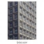 New York Perfect Corner  Die Staten-Island-Fähre ist auch deswegen beliebt, weil von ihr aus die Skyline von Manhatten zu bewundern ist. Es lassen sich aber auch die vielen sorgfältig gestalteten Details von ganz gewöhnlichen Hochhäusern betrachten. Hier verschlankt ein Sonderelement den Eckpfeiler, die die beiden plastischen Fassaden elegant miteinander verbindet. Das alles ist die Kunst des Bauens mit Betonfertigteilen.