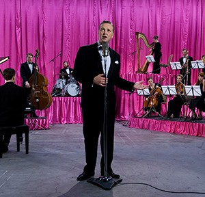 Ragnar Kjartansson GOD 2007 1-Kanal-Videoinstallation, pinkfarbene Vorhänge, Farbe, Ton, 30:00 min, Musik von Ragnar Kjartansson und Davíð Þór Jónsson Courtesy of the artist and i8 Gallery, Commissioned by Thyssen- Bornemisza Art © Courtesy of the artist, i8 Gallery and Luhring Augustine Gallery Foto: Rafael Pinho