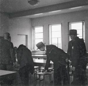 Besucher begutachten das Mobiliar der Kantine im Bauhaus Dessau, um 1930/1932. © Foto: Johannes Jacobus van der Linden