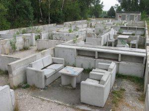 """Dagmar Schmidt, Installation """"Grabungsstädte"""", 2003–2005, Betonguss und wiederverwendetes Abrissgut, Halle-Silberhöhe, Foto: Nico Grunze"""