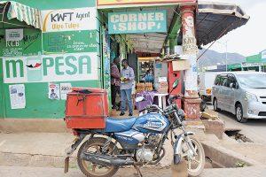 """Mobiles Bezahlen per """"M-Pesa"""" ersetzt Banken in ländlichen Teilen Kenias, Foto: AMO"""