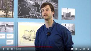 """Deutsches Architekturmuseum, Kurator Jonas Malzahn über die Ausstellung """"Die Neue Heimat"""", Screenshot: Facebook / YouTube"""