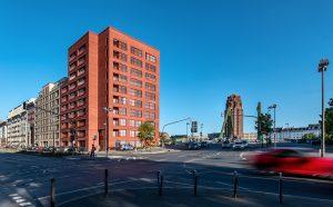 Oskar Residence. Blick nach Süden auf die Kreuzung Oskar-von-Miller-Strasse / Flösserbrücke (im Hintergrund das Hochhaus «Mainplaza» von Hans Kollhoff), Foto: Lisa Farkas