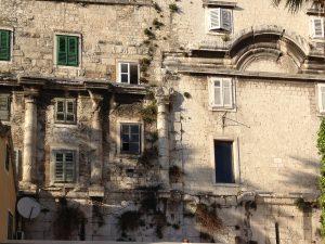 Der Palast von Diokletian (erbaut 295–305 n. Chr.) in seiner heutigen Funktion als Stadtzentrum von Split, Kroatien