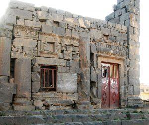 Wieder- und Weiterverwendung von Bauteilen eines römischen Tempels (1. Jh. n. Chr.) in Al-Mushannaf (Kasr il Musennev) bei As-Suwaida, Syrien, Foto: Triest Verlag