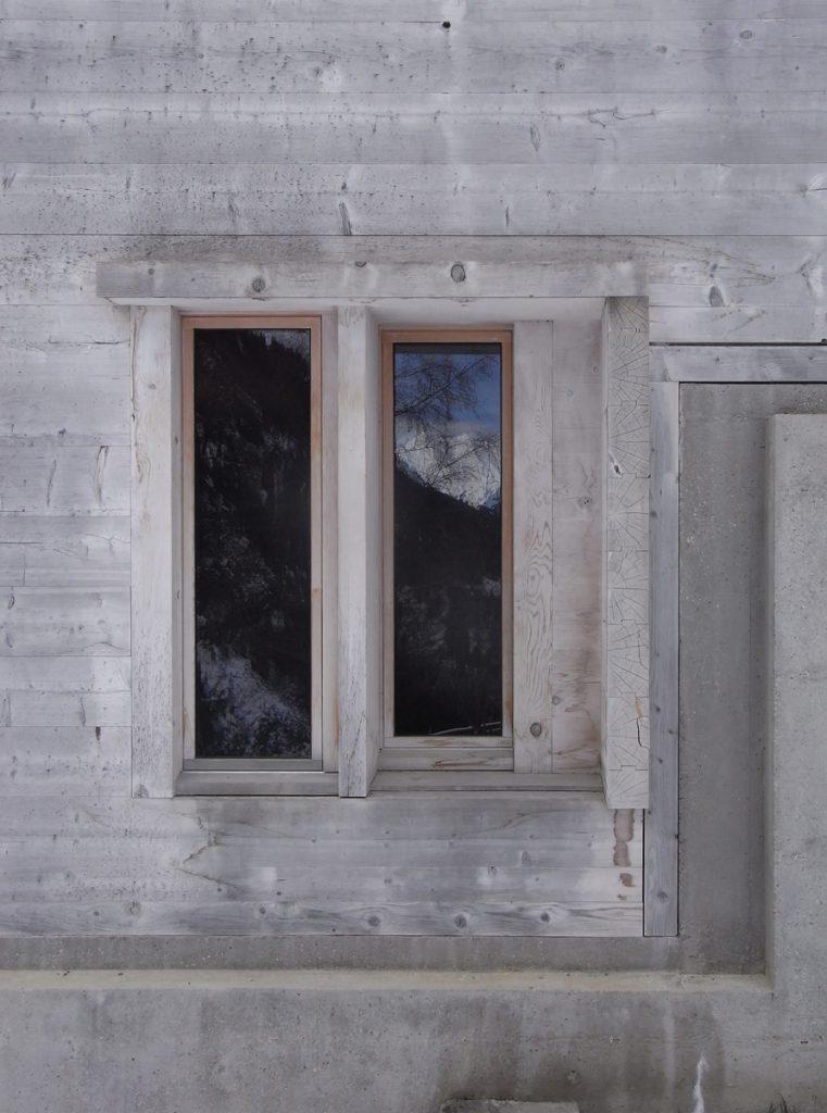Alpenländisches Vertrauen in naturbelassene Holzfenster: Gion Antoni Caminada, Stiva da Morts, Vrin, Schweiz 1996, Foto: TEAMhillebrandt