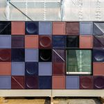 soll sasse architekten BDA, Neugestaltung der Fassade der Stadthalle Göttingen, seit 2018: Mockup (Farbfindung neue Kacheln, Zwischenstand), Foto: Eberhard Sasse