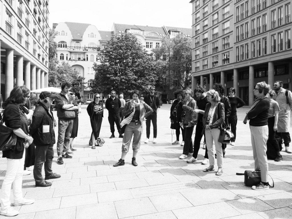 """""""Rechte Räume""""-Walk zum Walter-Benjamin-Platz in Berlin anlässlich der gleichnamigen Ausgabe von ARCH+, Foto: Stephan Trüby 2019"""