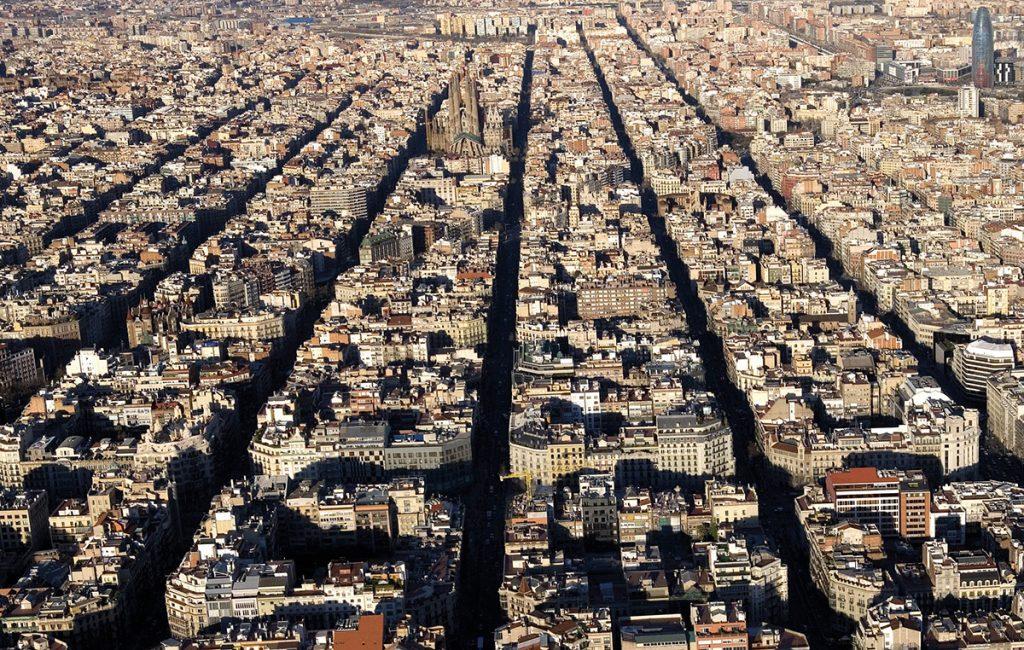 Ildefons Cerdà, Stadterweiterung Eixample, Barcelona, Spanien 1855–1860. Heute bilden 3x3 Blöcke zusammen einen Superblock, Foto: Pepe Navarro (via Ajuntament de Barcelona/CC BY-NC-ND 4.0)